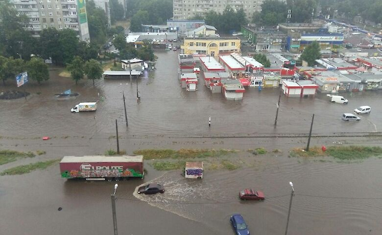 Последствия ливня в Харькове: затопленные улицы, подтопленные торговые центры