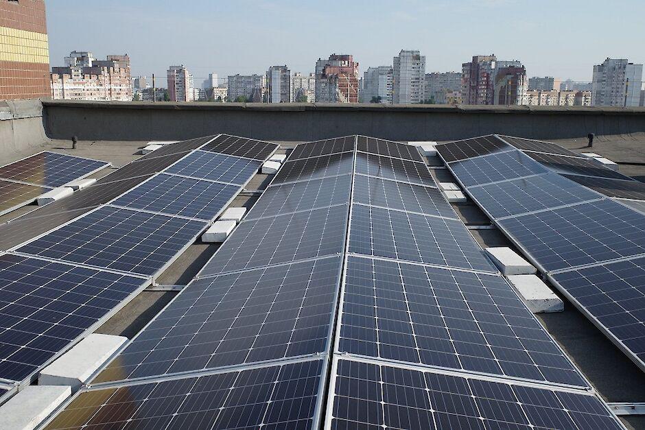 Жители столичной многоэтажки установили самую большую в Украине солнечную  электростанцию на крыше