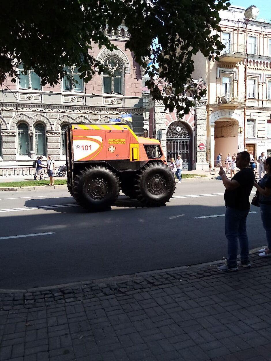 На параде в центре Киева заметили необычную машину спасателей